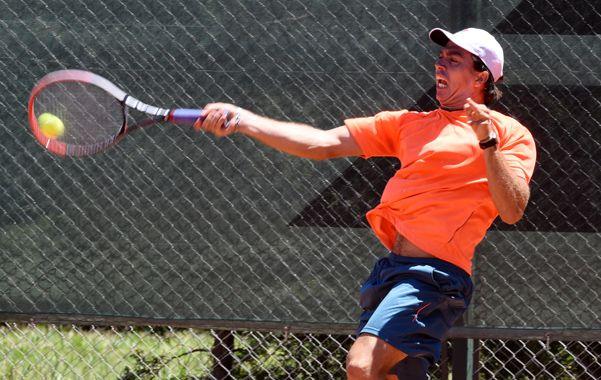 Esfuerzo. El tenista de Chascomús pega el drive en la exhibición a un set que ganó por 7/5. Berlocq no se guardó nada.