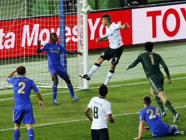 El astro incaico marca con un cabezazo el gol que valió otro mundial para Corinthians. (Foto: Reuters)