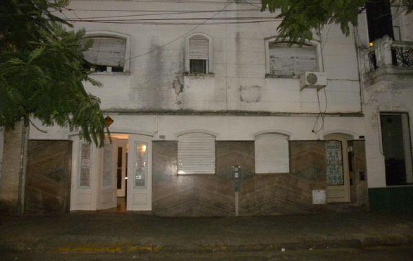 En San Juan al 400 encontraron a dos clientes en pleno acto sexual.