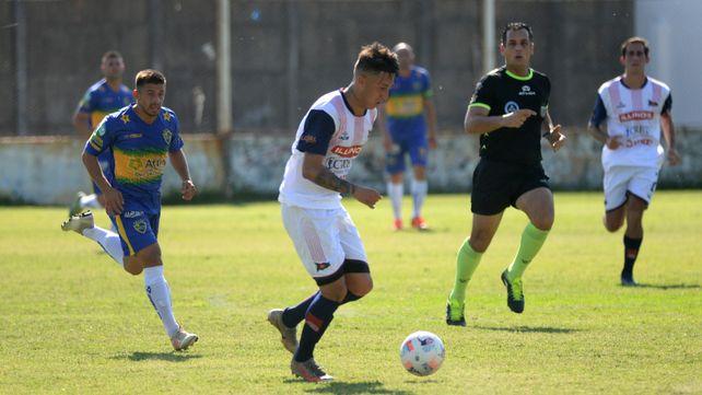 Ganó en casa. Gonzalo Gómez inicia un ataque del matador ante Alem en el Gabino. El charrúa sumó tres puntos importantes.