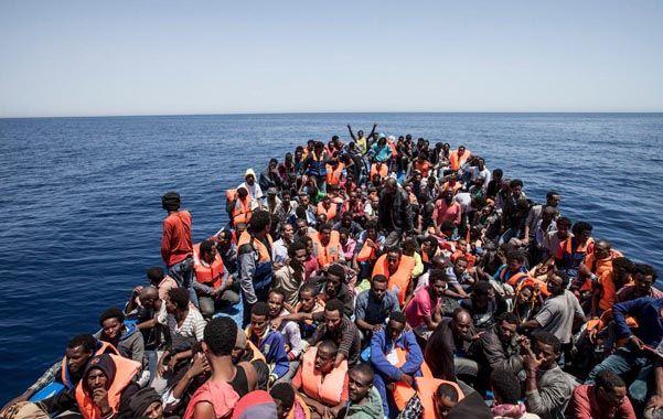 Fuga en masa. Un precario barco de madera repleto de migrantes rescatado frente a Libia el pasado 14 de mayo.