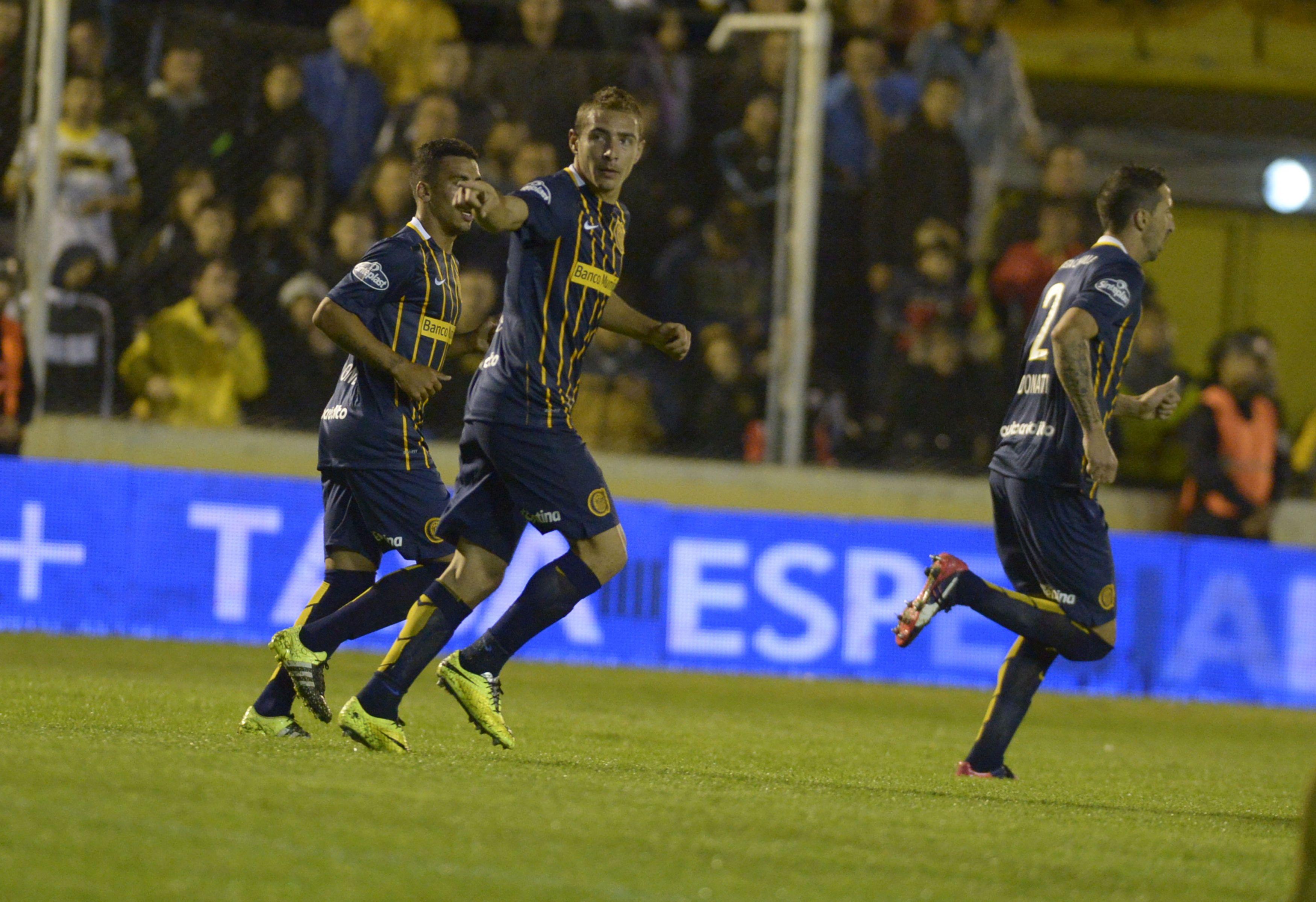 La ceremonia. Marco Ruben regresa a la mitad de la cancha tras marcar de cabeza el gol del empate ante Olimpo.