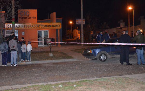 En auto. Los supuestos ladrones viajaron en un viejo Renault 18 azul.