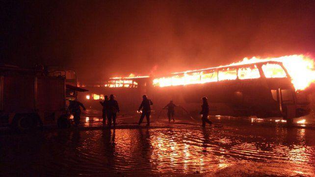 Fuego y explosiones. Las llamas consumen colectivos de la empresa Monticas.