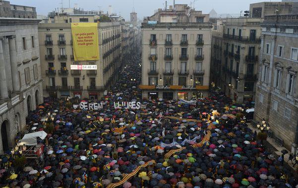 Tensión soberanista. Los catalanes colmaron la plaza Sant Jaume de Barcelona