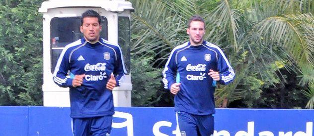 Ezequiel Garay y Gonzalo Higuaín trotan tras la victoria ante Paraguay.