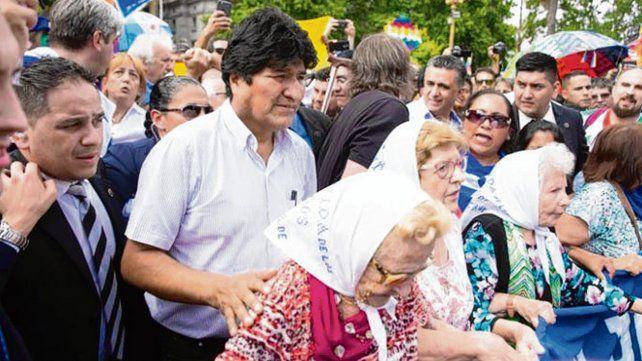 En la Plaza. Evo Morales junto a las Madres en su tradicional ronda.