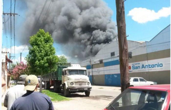 Al menos cinco dotaciones trabajan para controlar las llamas. (Foto Twitter Lucas Palmieri)