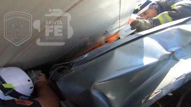 Imágenes conmovedoras del rescate de las mujeres atrapadas en el auto