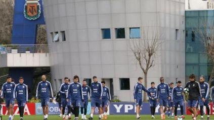 El seleccionado argentino continúa trabajando en Ezeiza de cara al partido de este jueves ante Bolivia.