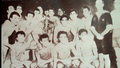 El equipo campeón de Newells de la Copa Escobar, que posa con camisetas de Independiente, anfitrión de la final.