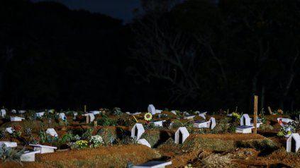 En algunas ciudades de Brasil ya escasean los lugares para sepultar a los fallecidos.