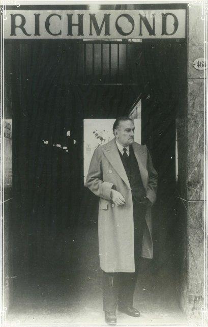 Peyrou en la puerta de la confitería Richmond, uno de sus lugares favoritos de Buenos Aires.