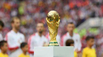 """Copa del Mundo. Si hacemos dos Copas del Mundo cada dos años vamos a duplicar los ingresos, pero tenemos que tener en cuenta si va a mejorar el aspecto deportivo"""", dijo Infantino."""