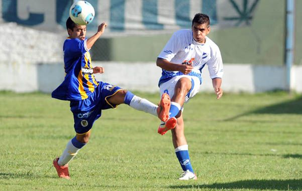 Saliendo. El lateral Nazareno Arévalo despeja la pelota ante la marca rival.