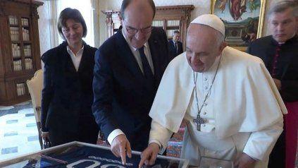 El primer ministro de Francia, Jean Castex, entrega a Francisco la camiseta del PSG autografiada por Messi.