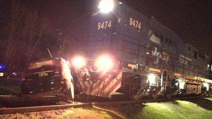 Vivir para contarla. El coche fue arrastrado por la formación ferroviaria de carga, de 60 vagones, en la ruta A-012.