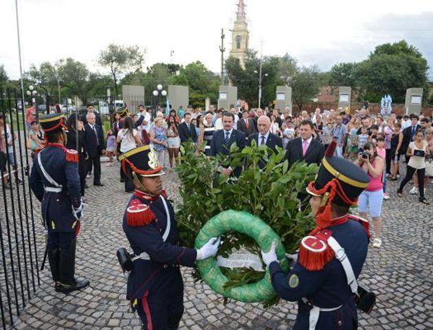 El gobernador Bonfatti encabezó ayer el acto por el 202º aniversario del combate de San Lorenzo.
