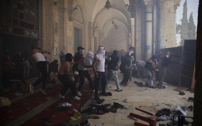 Palestinos chocan con las fuerzas de seguridad israelíes en el recinto de la Mezquita Al Aqsa en la Ciudad Vieja de Jerusalén. La policía israelí se enfrentó con manifestantes palestinos en el lugar sagrado de Jerusalén.