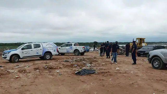 Policías en el Volcadero, donde hallaron las manos de Silvio Marcelo Cabeza.
