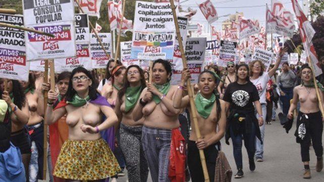 Militantes feministas desfilan en cueros por Trelew.