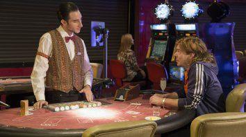 Juan Grandinetti (derecha), interpreta a un joven que atraviesa el abandono de su pareja. Martín reparte sus días y sus noches entre su trabajo como crupier de un casino y su afición por la magia.