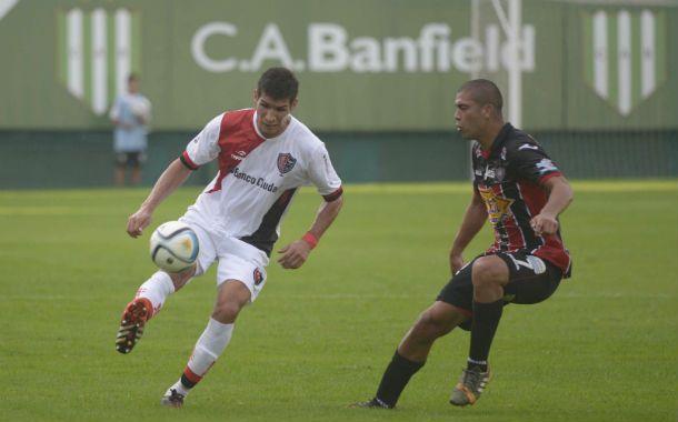 El lateral derecho rojinegro intenta defender la pelota ante la marca funebrera.