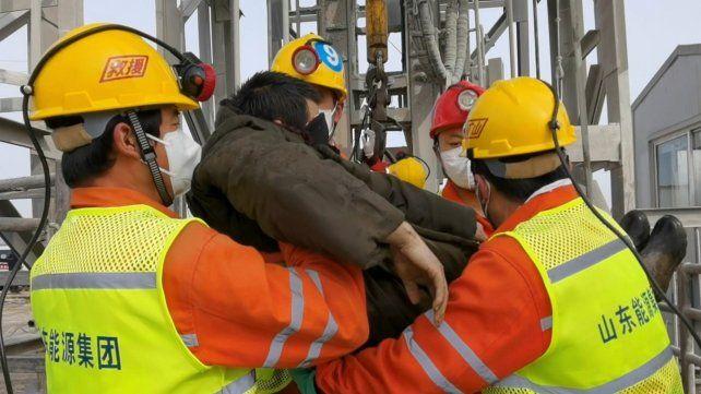 China: rescatan a once mineros que estaban atrapados desde hace dos semanas