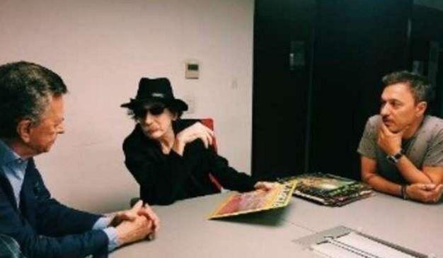 Charly García estuvo acompañado por Ramón Palito Ortega a la hora de rubricar el acuerdo que determina que el disco será publicado en todos los formatos.