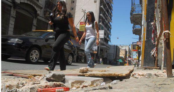 Condenan a la Municipalidad por una mujer que tropezó y cayó mientras caminaba por la vereda