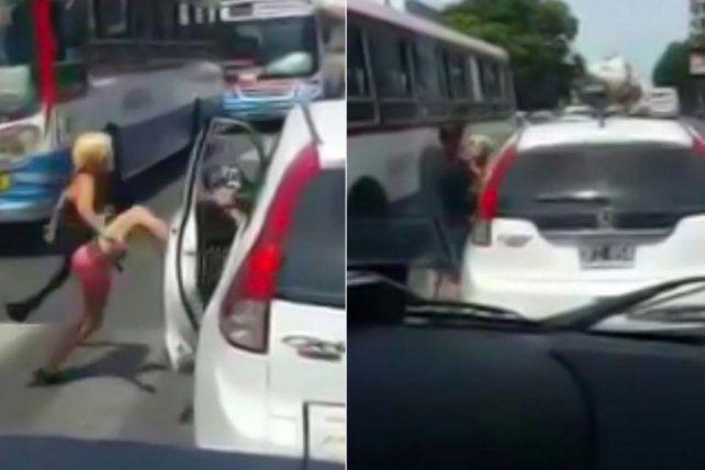 Una mujer furiosa atacó a un hombre en medio de una discusión de tránsito.