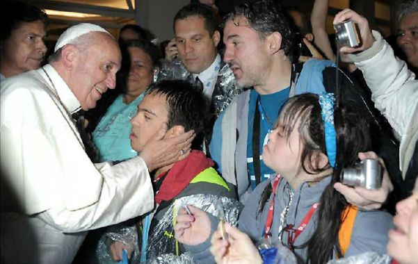 """Afectuoso. El papa saludó a Manuel. """"Se ve que hace mucho que estás esperando"""""""