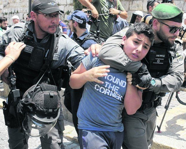 incidentes. Un adolescente palestino es detenido por la policía israelí.