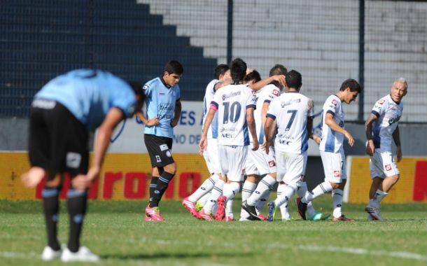 Los jugadores de Quilmes festejan el gol