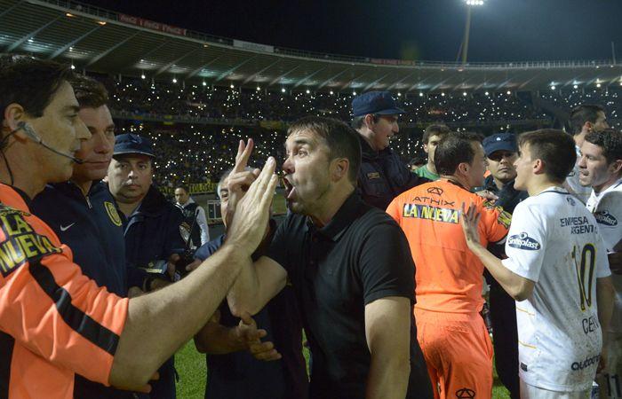 El Chacho Coudet increpa al asistente Marcelo Aumente al término del partido. (Foto: S. Suárez Meccia)