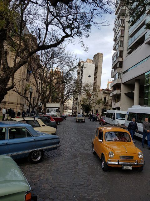 Más de 40 extras rosarinos participaron de la filmación que incluyó diez autos de colección.