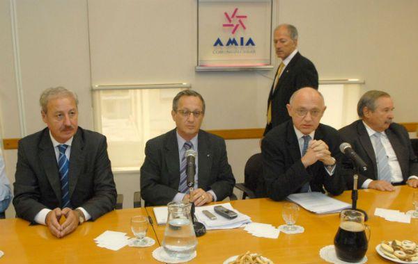 La resistencia. Timerman criticó la dec isión israelí de citar al embajador. Se reunió con la Daia y la Amia.