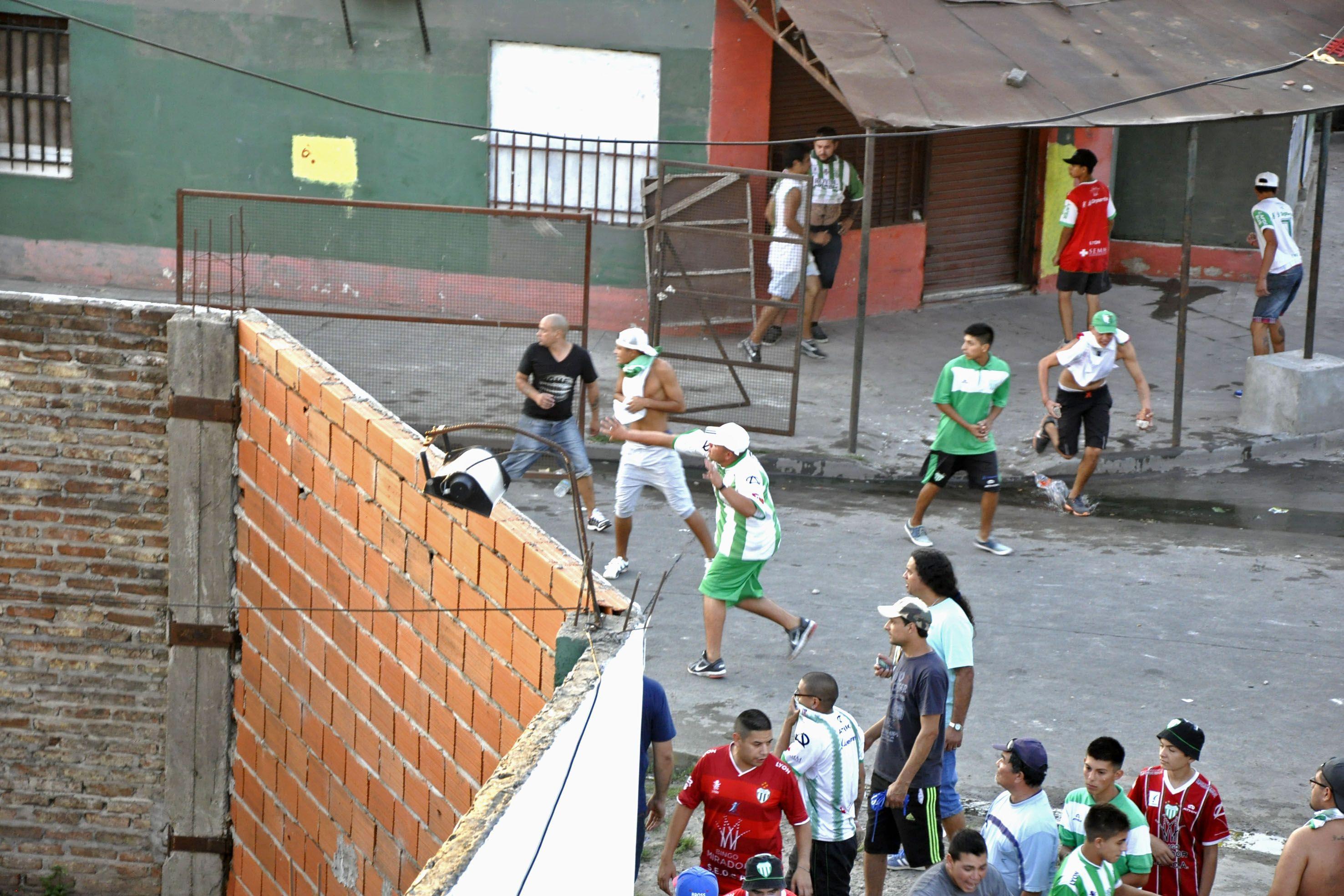 No para. Hinchas de Laferrere se enfrentaron con efectivos policiales.