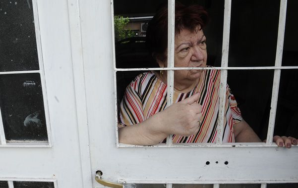 Leonor dijo que entregó la bolsa con la plata a un joven a través de la reja de la puerta de su casa. (F.Guillén)