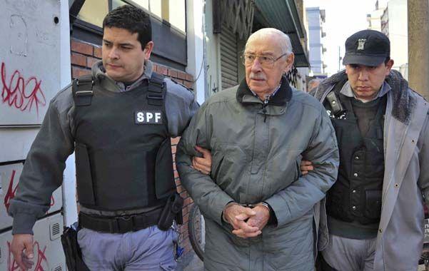 Esposado. El ex hombre fuerte de la dictadura pasó sus últimos años en Tribunales para dar cuenta de sus crímenes.