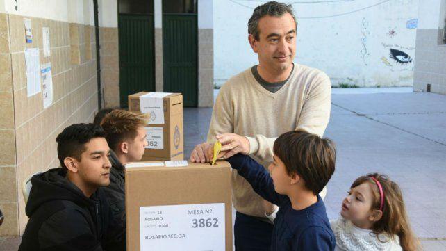 Javkin fue a votar junto a sus hijos.
