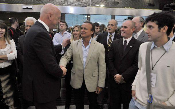 En la Bolsa de Rosario. Del Sel saluda a Bonffati en el acto donde se remató el primer lote de soja de la temporada.