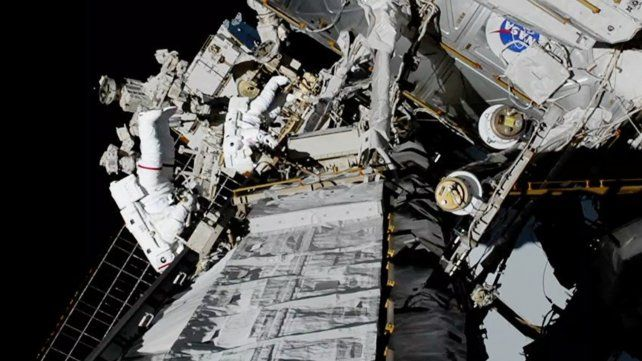 Realizan la primera caminata espacial exclusivamente de mujeres