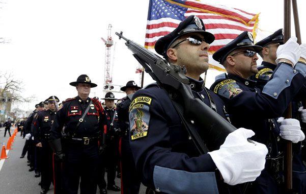 Dolor. Agentes rinden honores al policía que murió baleado por los atacantes chechenos en un campus universitario.