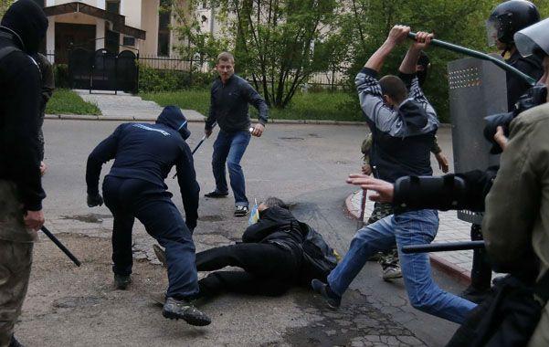 Ensañamiento. Un manifestante proucraniano es atacado a bastonazos por prorrusos en Donetsk.