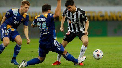 El Cali Izquierdoz lo pisa a Nacho Fernández ante la atenta mirada de Esteban Rolón.