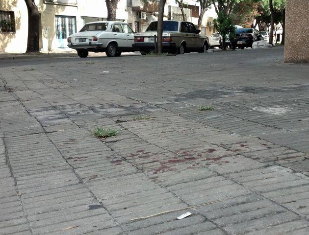 Rastros de sangre sobre la vereda en calle Mitre. (Foto:A.Celoria)