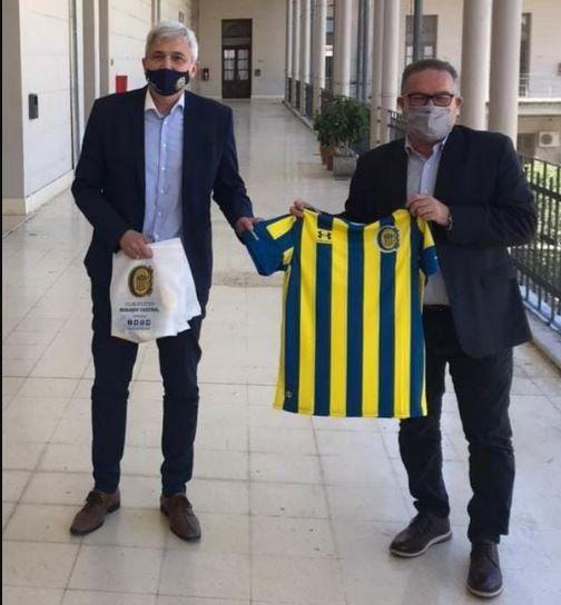 Carloni le entregó la camiseta al ministro Jorga Lagna.