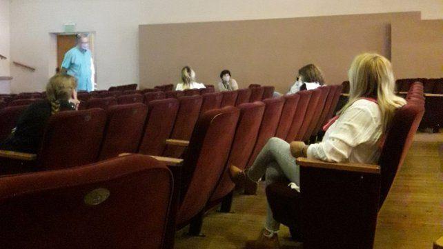 La reunión entre representantes de Amsafé Caseros y del Ministerio de Educación se realizó en el teatro Dante de Casilda.