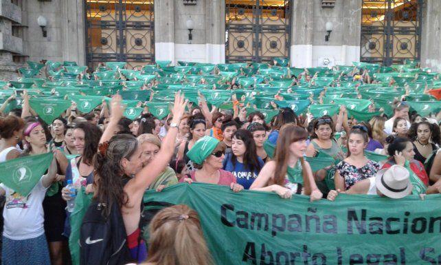 El Poder Ejecutivo presentó un proyecto para la legalización de la interrupción voluntaria del embarazo en el plenario de comisiones del Congreso del a Nación y arrancó el debate.
